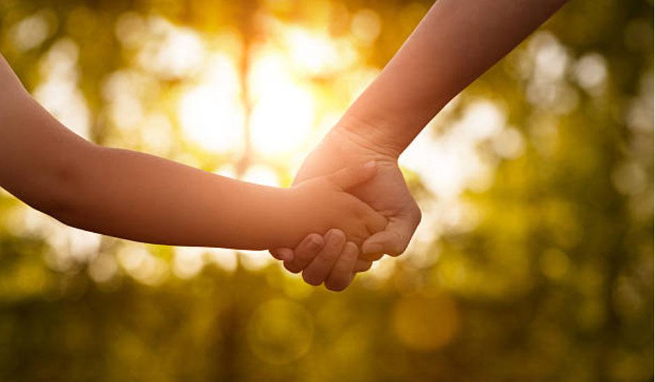 Enfant, adulte, main dans la main