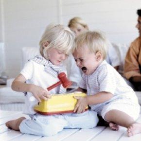 enfants-dispute-jouets